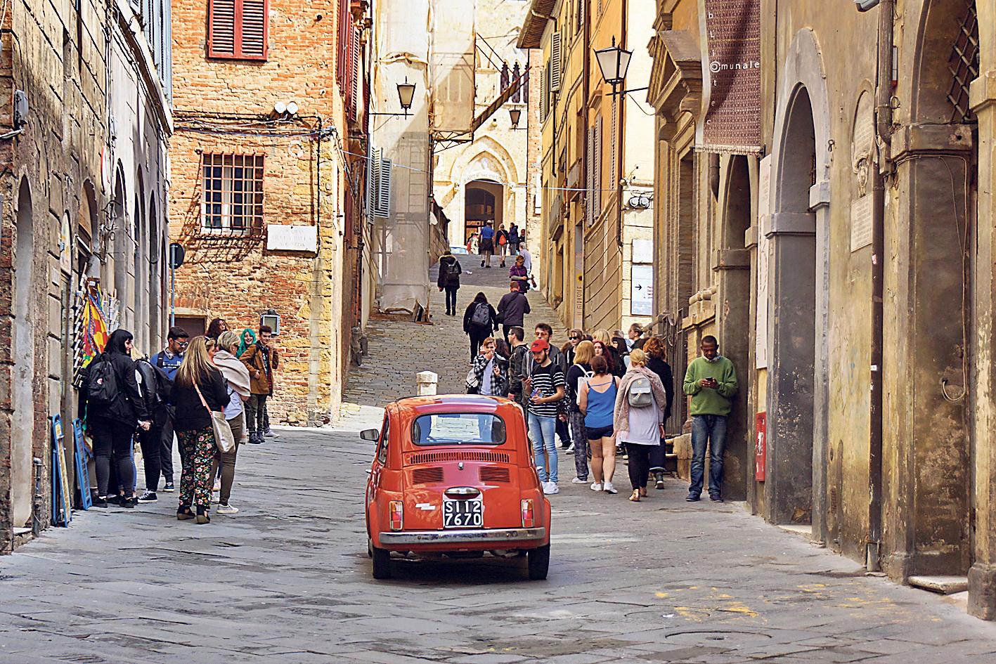 במדרחוב של קסטיליון פיורנטינו פיאט 500 נחשבת להולך רגל
