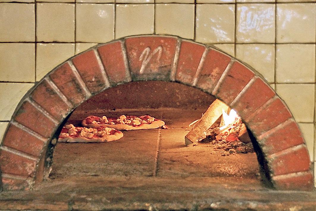 פיצה בתנור אמיתי
