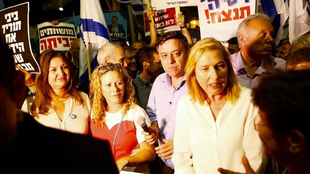 Gabbay with MK Tzipi Livni at a protest against the override power (Photo: Motti Kimchi)