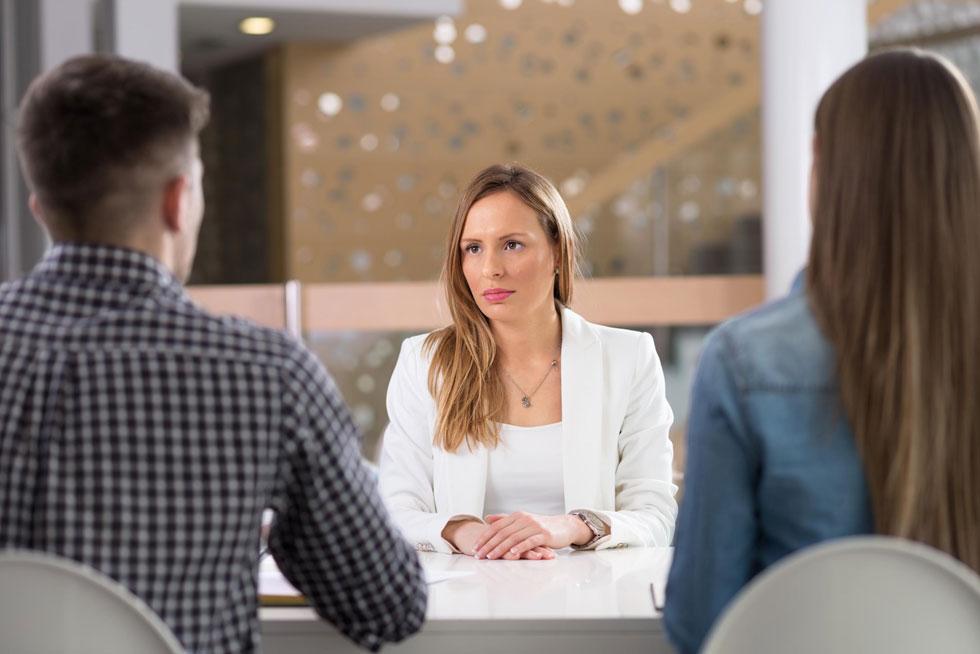 הציגי את עצמך בשמך המלא, את מקצועך או הגדרת תפקידך. למשל: רונית כהן, מהנדסת תוכנה. מומלץ לא לנדב מידע אישי, כגון מצב משפחתי או מספר ילדים (צילום: Shutterstock)