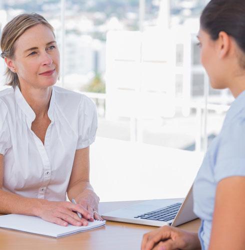 אם הפרידה ממקום העבודה האחרון לא הייתה נעימה, אפשר לערוך שיחה מקדימה עם המנהלת, לפני שמוסרים את שמה כממליצה (צילום: Shutterstock)