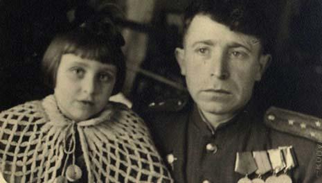 Шулим Пиковский  с дочерью  Жанной после возвращения с фронта. Фото из семейного альбома