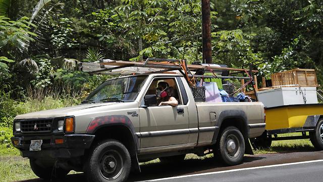 תושבים חוזרים לעיירה (צילום: EPA)