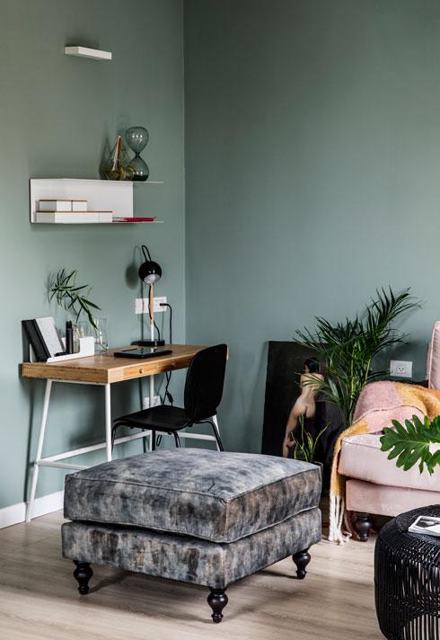 צבעוניות שעוטפת בתחושה רכה גם את פינת העבודה בסלון  (צילום: איתי בנית)