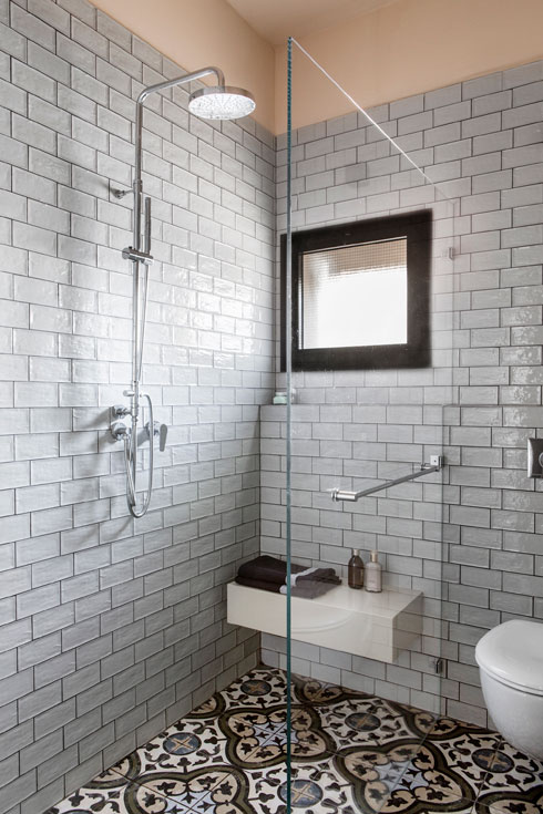 תקרה כתמתמה ואריחים לגובה הקיר בחדר הרחצה (צילום: איתי בנית)
