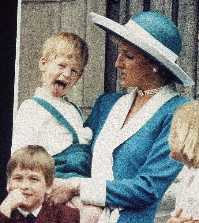 ילד שובב ומאושר. הנסיכה דיאנה והנסיך הארי (צילום: AP)