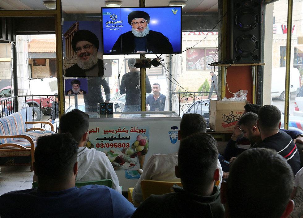 לבנונים ב מרג' עיון צופים בנאום חסן נסראללה  (צילום: רויטרס)