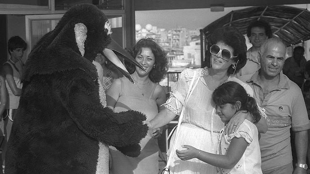 אופירה נבון ב דולפינריום ב תל אביב 1981 (צילום: יעקב סער, לע
