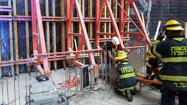 פועל נפל מגובה באתר בנייה (צילום: דוברות כבאות והצלה מחוז ירושלים)