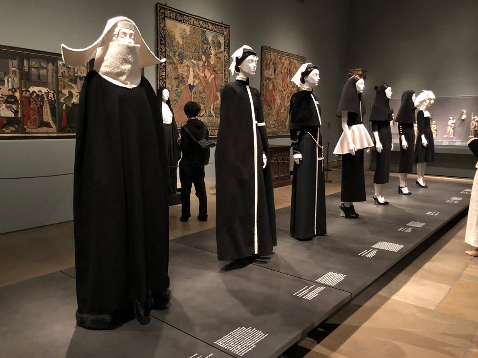 """תערוכת האופנה הגדולה ביותר שנוצרה בתולדות המוזיאון. """"גופים שמימיים: אופנה והדמיון הקתולי"""" (צילום: יערה קידר)"""