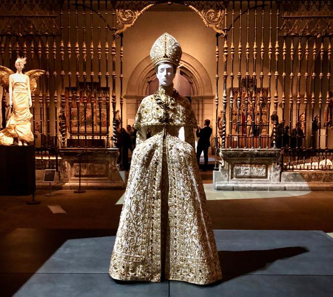 40 פריטי לבוש, אביזרים, כתרים ותכשיטים, גלימות ואביזרי האפיפיור, מהמאה ה-18 ועד תחילת המאה ה-21, משמשים כאבן הפינה של התערוכה  (צילום: יערה קידר)