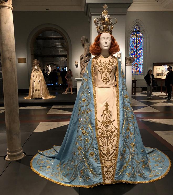 מתוך התערוכה Heavenly Bodies: Fashion and the Catholic Imagination  (צילום: יערה קידר)