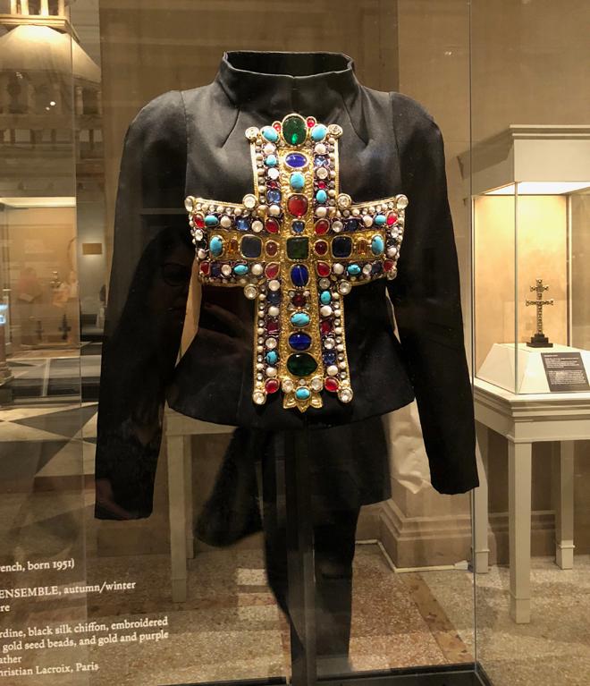 הז'קט של כריסטיאן לקרואה שלבשה מיכאלה ברקו על שער גיליון ווג הראשון בעריכתה של אנה ווינטור (צילום: יערה קידר)