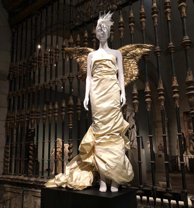 לצד הפריטים ואביזרי הלבוש הדתיים מוצגות בתערוכה יותר מ-150 מערכות לבוש של מעצבי על מערביים, מתחילת המאה ה-20 ועד ימינו (צילום: יערה קידר)