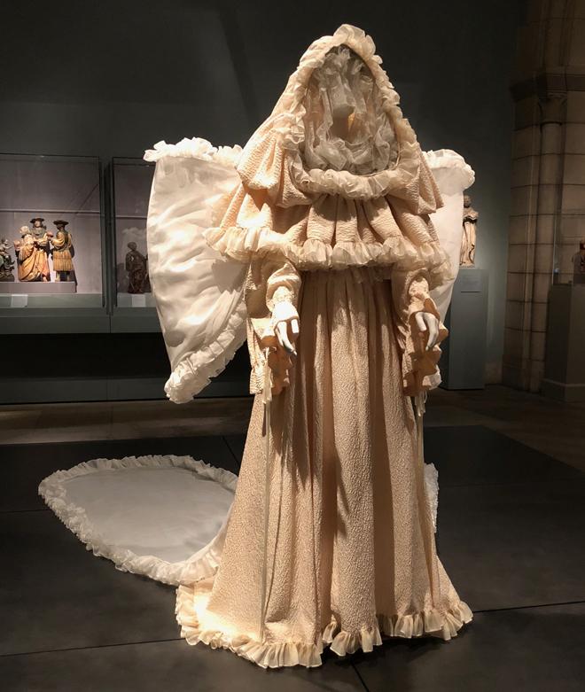 """מטרת התערוכה, סיפר אתמול האוצר אנדרו בולטון, היתה ליצור """"דיאלוג ויזואלי בין יצירות אופנה לעבודות אמנות מאוסף המטרופוליטן, במטרה לבחון את יחסי הגומלין המתמשכים של עולם האופנה עם מנהגי הדת והמסורות הקתוליות"""" (צילום: יערה קידר)"""