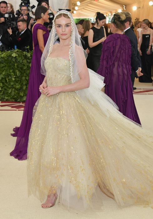 קייט בוסוורת' הלכה על בטוח בשמלת טול של אוסקר דה לה רנטה במראה בתולי, עם צעיף תואם. מדובר באחד הלוקים היותר מוצלחים של הערב  (צילום: Neilson Barnard/GettyimagesIL)
