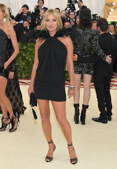 """קייט מוס בהופעת בכורה בארה""""ב מאז פרשת הקוקאין ב-2005, שהכניסה אותה לרשימת מסורבי הוויזה למדינה. חבל שהיא עשתה זאת בשמלה די סתמית ושחורה של סן לורן  (צילום: Neilson Barnard/GettyimagesIL)"""