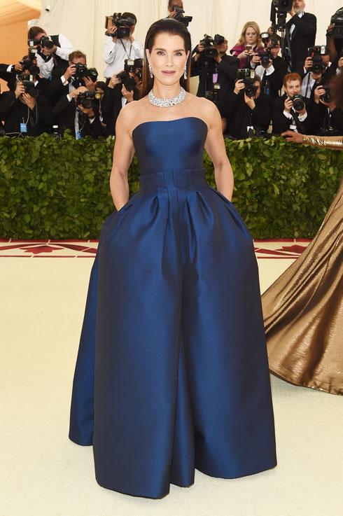 ברוק שילדס במראה קלאסי של שמלת משי כחולה בעיצוב זאק פוזן, המצטיין שלנו הערב, ושרשרת יהלומים אלגנטית  (צילום: Jamie McCarthy/GettyimagesIL)