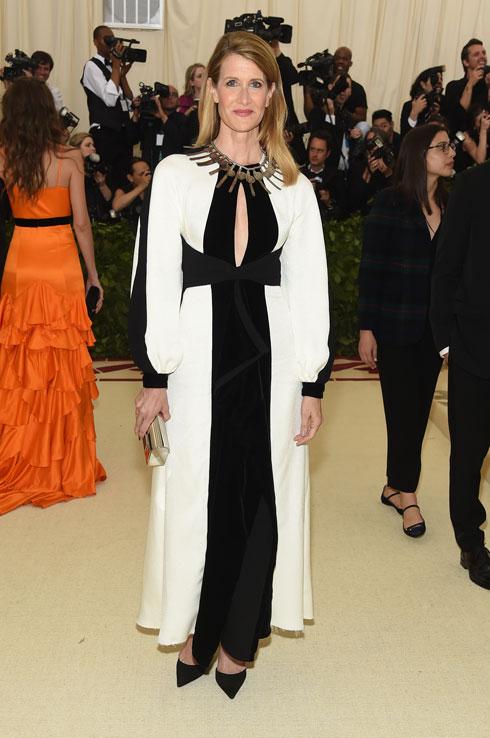לורה דרן במראה אלגנטי של שמלה לבנה עם צלב שחור במרכזה, בעיצוב בית האופנה פרואנזה סקולר (צילום: Jamie McCarthy/GettyimagesIL)