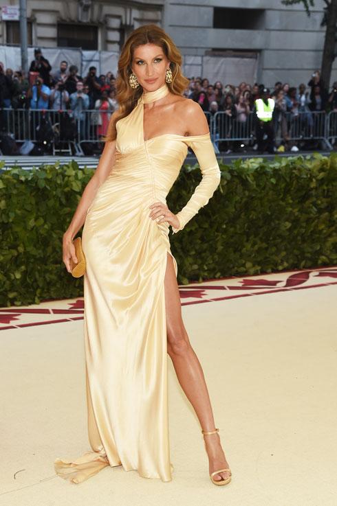 כשיש לך גוף כמו ג'יזל, למי אכפת מקוד הלבוש. האמזונה הברזילאית הגיעה בשמלת זהב א-סימטרית של ורסאצ'ה, נותני החסות המרכזיים של הערב  (צילום: Jamie McCarthy/GettyimagesIL)