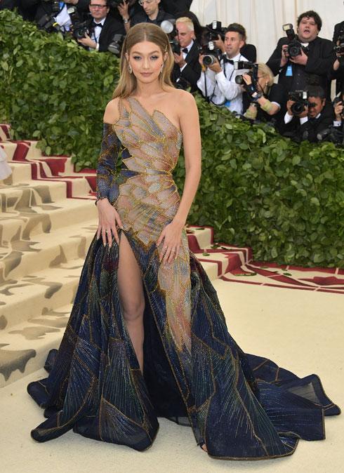 ג'יג'י חדיד בשמלה מרהיבה של ורסאצ'ה  (צילום: Neilson Barnard/GettyimagesIL)