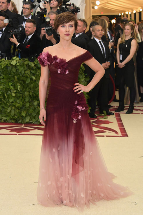 סקרלט ג'והנסון שברה אמש את חרם הכוכבות על מותג האופנה מרקזה, בעיצובה של ג'ורג'ינה צ'פמן, פרודתו של מפיק הקולנוע והמטריד הסדרתי הארווי ויינשטיין  (צילום: Neilson Barnard/GettyimagesIL)