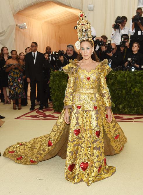 שרה ג'סיקה פרקר נראתה באאוטפיט של דולצ'ה & גבאנה יותר כמו נסיכה תאילנדית מאשר הגרסה הנשית לאפיפיור (צילום: Jamie McCarthy/GettyimagesIL)