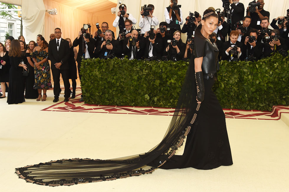 בלה חדיד במראה דומינה מימי הביניים, בשמלת שובל שחורה וז'קט עור של המותג כרום הארטס  (צילום: Jamie McCarthy/GettyimagesIL)