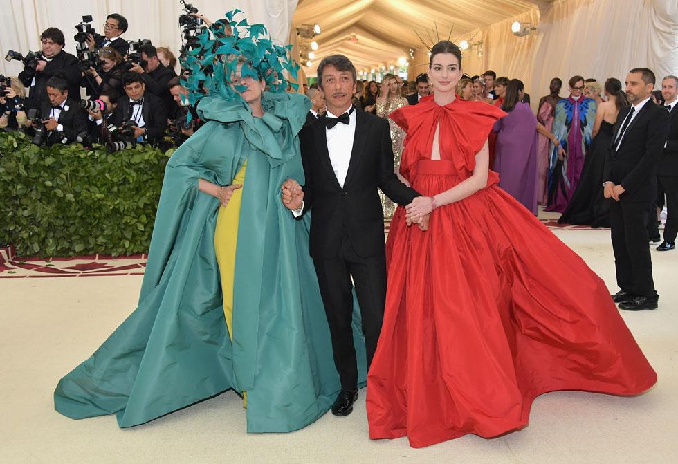 אן האתווי, מעצב האופנה פיירפאולו פיקיולי ופרנסס מקדורמנד מגיעים לערב הגאלה במוזיאון המטרופוליטן (צילום: Neilson Barnard/GettyimagesIL)