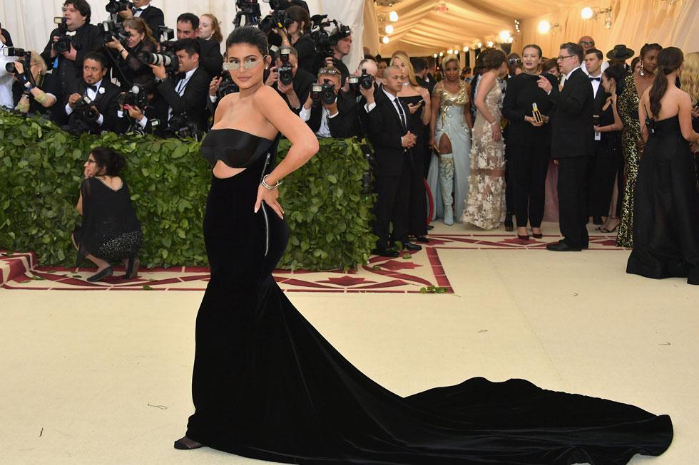 קיילי ג'נר בהופעה ראשונה על השטיח האדום מאז לידת בתה סטורמי, בשמלת קטיפה שחורה של אלכסנדר וואנג (צילום: Neilson Barnard/GettyimagesIL)