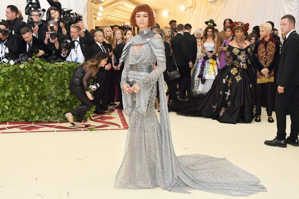 פרשנות מעניינת לנושא התערוכה הגיעה מכיוונה של השחקנית והזמרת זנדאיה, בשמלת שריון כסופה בעיצוב ורסאצ'ה, כמחווה לז'אן דארק  (צילום: Neilson Barnard/GettyimagesIL)