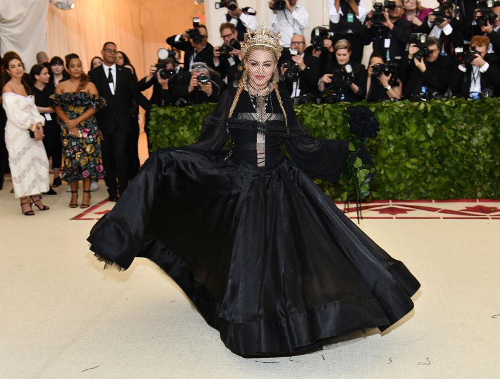 המדונה שהפכה בשנות ה-90 את הצלב לאביזר אופנה סקסי, וסומנה כשנואת הוותיקן, הופיעה הפעם עם בגדים, בשמלת משי מרהיבה של ז'אן פול גוטייה  (צילום: AP)
