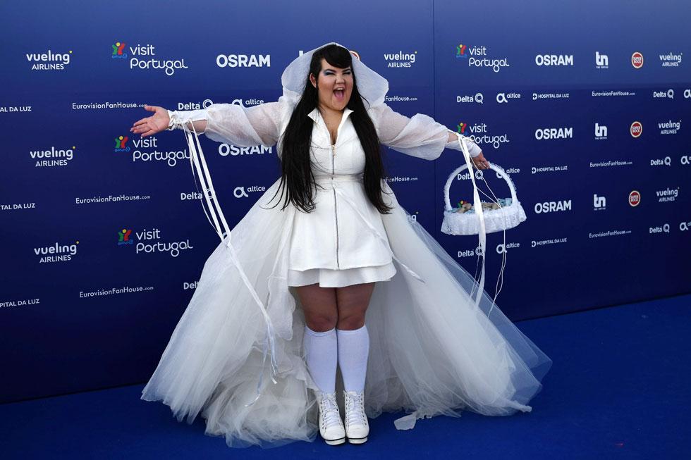 באירוע המקדים לאירוויזיון:  שמלת גלימה לבנה עם שובל ארוך בעיצובה של ים יאגודייב (צילום: AFP)