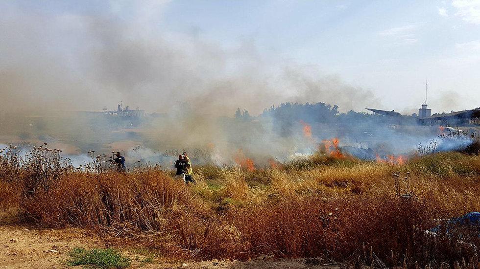 שריפה בעקבות עפיפוני תבערה (צילום: רועי עידן)