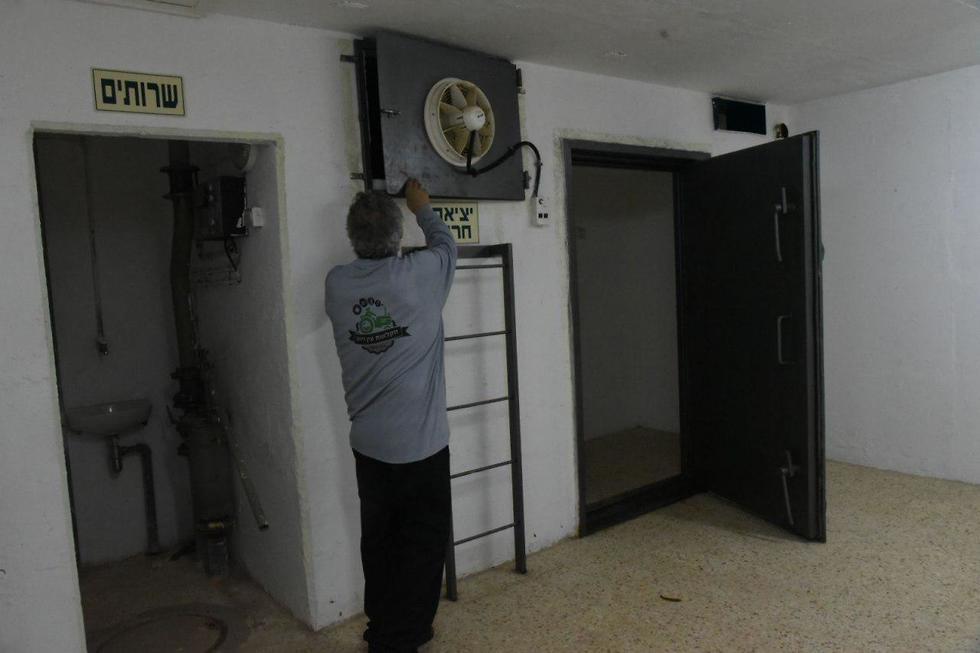 Preparing a bomb shelter in the Golan Heights (Photo: Avihu Shapira)