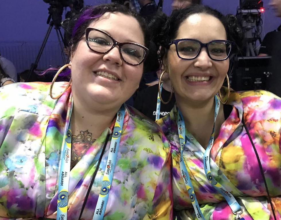 פרטיסיה וברונה, עיתונאיות יהודיות מברזיל הגיעו לסקר את האירוע והתלבשו כמו נטע ()