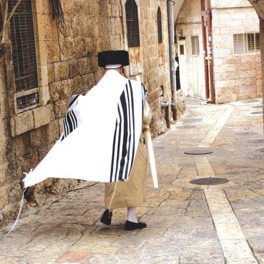 שכונת מאה שערים בירושלים. עזיבת המגזר החרדי ויציאה בשאלה מושווית לעיתים קרובות לחוויית הגירה (למצולם אין קשר לכתבה)