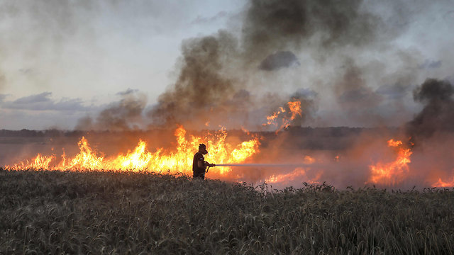 Fire near Nahal Oz caused by Gaza kite (Photo: AFP)