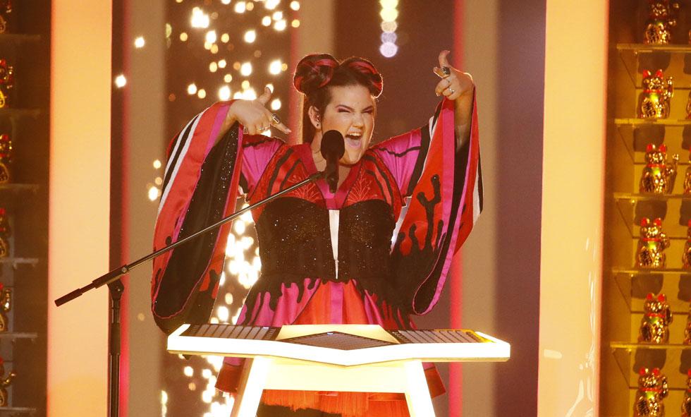 פצצת מאנגה תיאטרלית. נטע ברזילי בחצי הגמר של האירוויזיון בליסבון בשמלה של מאור צבר (צילום: Andres Putting)