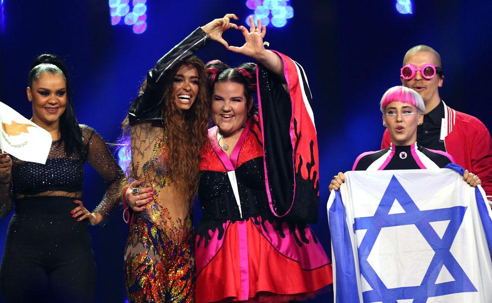 נטע ברזילי והנציגה מקפריסין לאירוויזיון בחיבוק על הבמה (צילום: AP)