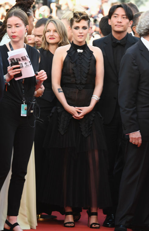 המתח שנוצר בין האלגנטיות של שמלת הקולר השחורה של שאנל הוט קוטור לשיער החצוף של השחקנית קריסטן סטיוארט, הוליד את אחד החיבורים המסקרנים של הערב  (צילום: Pascal Le Segretain/GettyimagesIL)