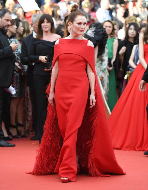 יממה לאחר המט גאלה, לא יכולנו שלא לראות את הצלב הגדול והאדום בגזרתה של שמלת הגלימה מנוצות של ז'יבנשי הוט קוטור שלבשה ג'וליאן מור  (צילום: AP)