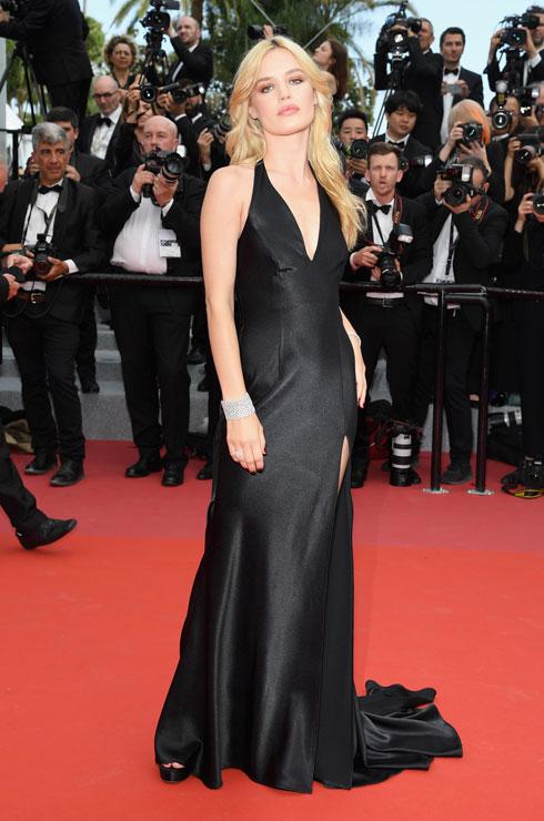 מהדוגמנית ג'ורג'יה מיי ג'אגר ציפינו לקצת יותר בערב הפתיחה, מאשר שמלת שובל שחורה עם מחשוף עמוק ונעלי חשפניות מווגאס  (צילום: Pascal Le Segretain/GettyimagesIL)