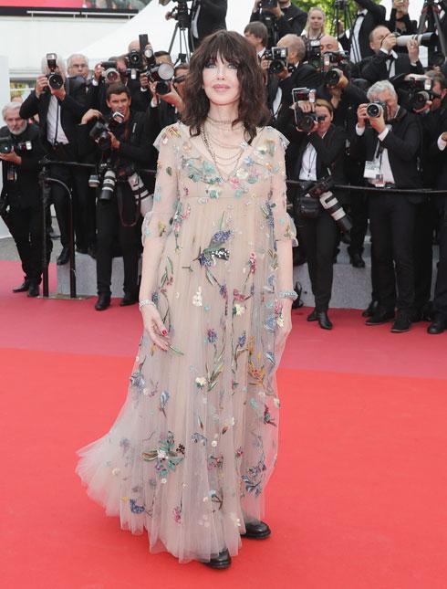 איזבל אדג'ני היא מהמתלבשות הצרפתיות הטובות ביותר. שמלת הפרחים החיוורת של דיור, יחד עם נעלי הנוחות השחורות שנעלה, הרכיבו מראה מוזר ולא מחמיא בעליל (צילום: Vittorio Zunino Celotto/GettyimagesIL)
