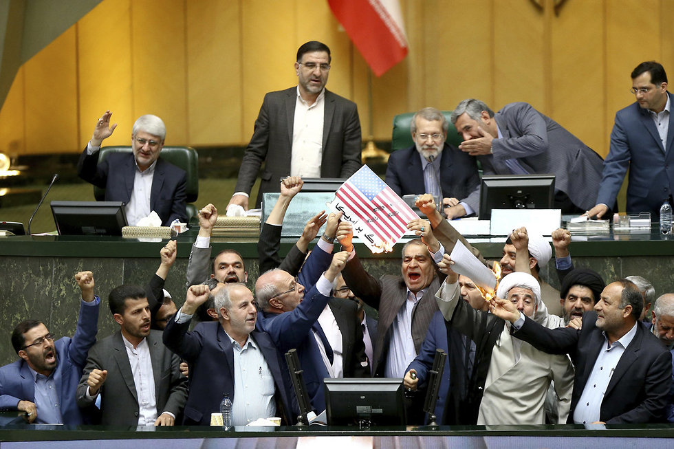 Iranian lawmakers protesting US pullout from nuclear deal (Photo: AP)