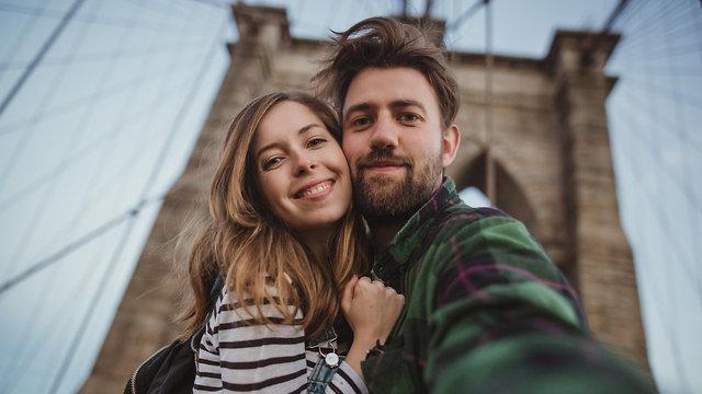 זוג מאוהב עושה סלפי (צילום: Shutterstock)