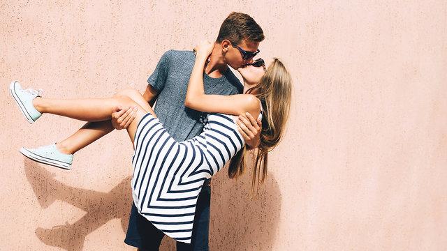 זוג אוהב מתנשק (צילום: Shutterstock)