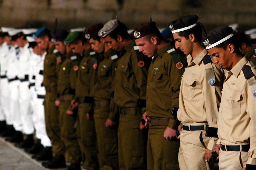 חיילים מורכני ראש עומדים בשורה במדים יצוגיים ()