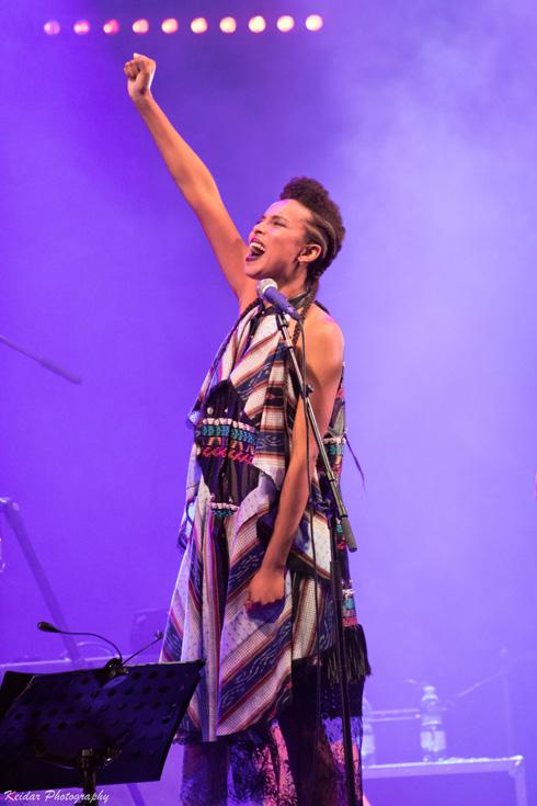 אסתר רדא בשמלה של גולן על הבמה (צילום: דניאל אלסטר)