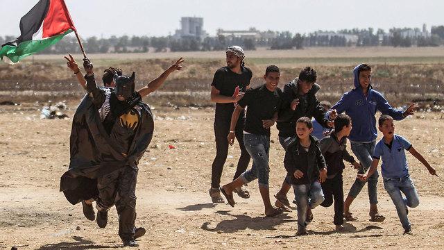 מפגינים פלסטינים (צילום: AFP)